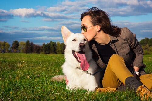 Mulher beijando seu cão