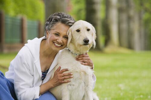 Mulher abraçando cão