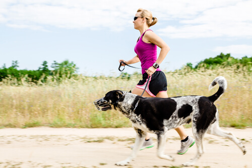 Mulher correndo com cão