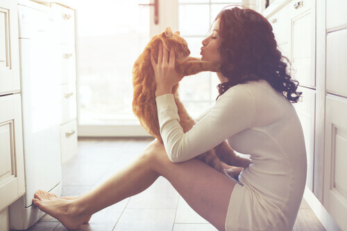 Mulher beijando gato