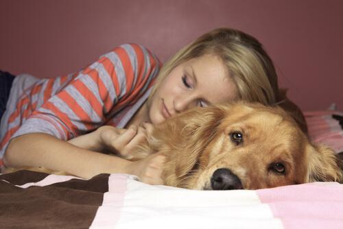 Mulher dormindo com cachorro