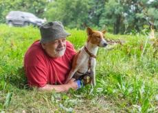 cachorrinha e homem maduro