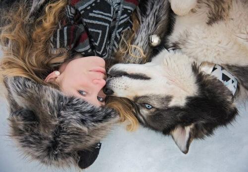 Cão resgatado e dona