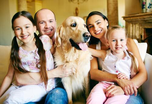 Família com cachorro