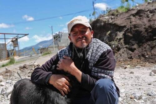 Homem abraçando cachorro