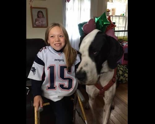 A menina de doze anos que conseguiu caminhar graças ao seu cão