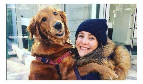 Conheça uma carinhosa cachorrinha que dá abraços em estranhos na rua