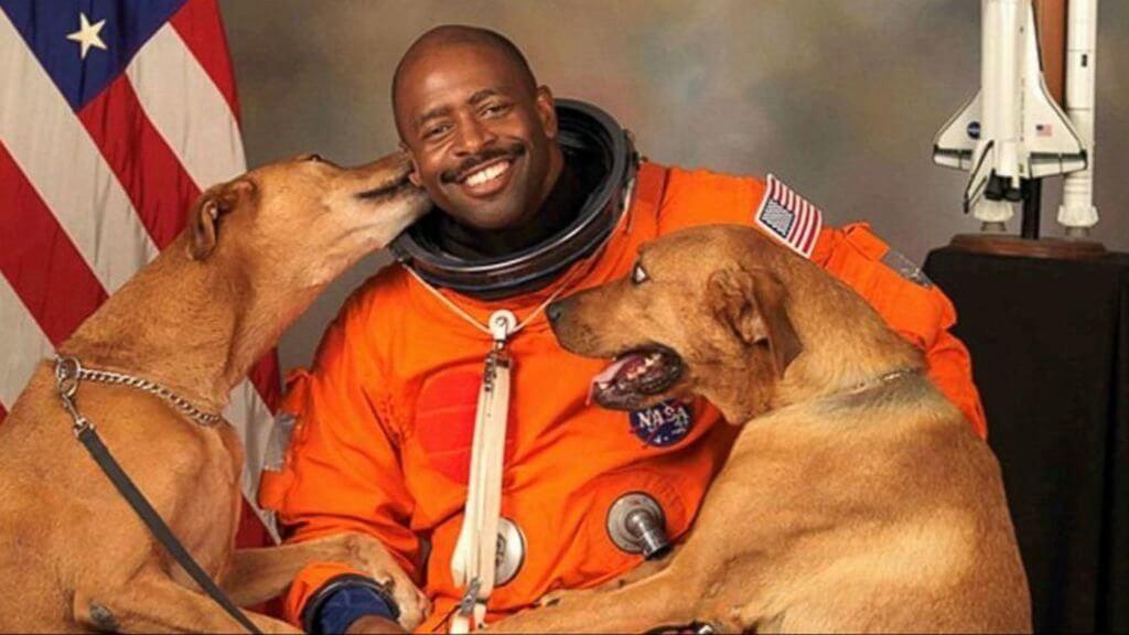O astronauta que quis posar na foto com seus cachorros