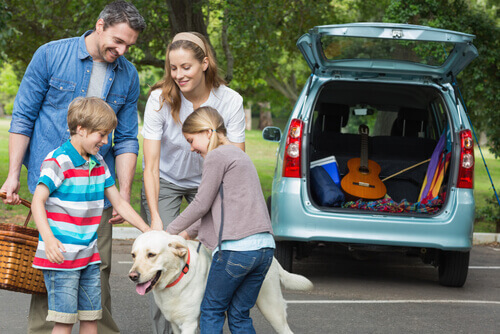 Família com cão antes de viajar