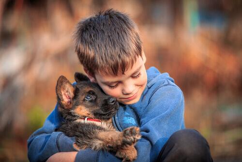 Menino abraçando cachorro