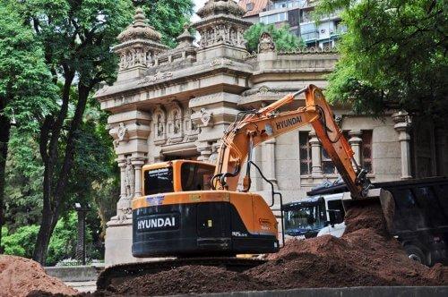 Escavadeira trabalhando na área do zoológico de Buenos Aires