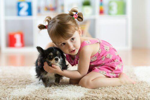 Menina com cachorro