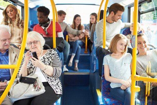 Pessoas no ônibus