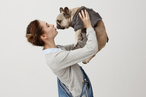 Moça com cachorro