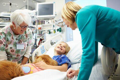 Cão com paciente infantil em um hospital