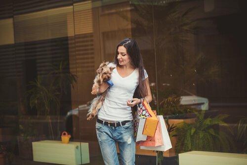 Mulher e cão em shopping center
