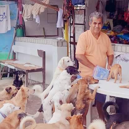 Seu Alberto com cães