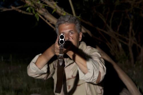 Caçador empunhando um rifle
