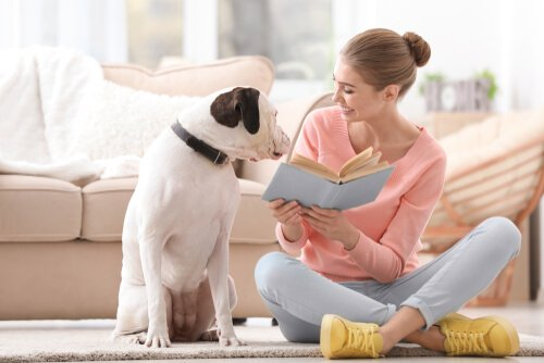 Mulher com livro e cachorro