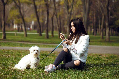 Mulher no parque com cachorro