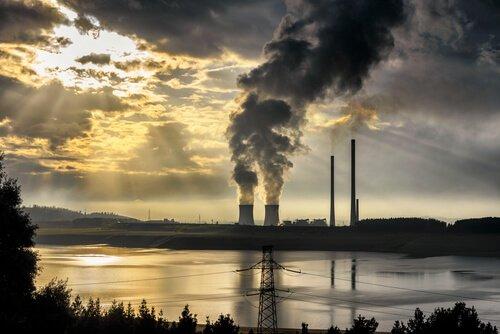 Indústrias lançando fumaça
