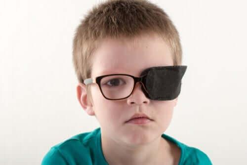 Criança com lesão ocular