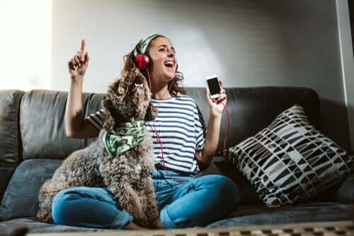 Quando saio de casa, devo deixar a TV ligada para meu animal de estimação?