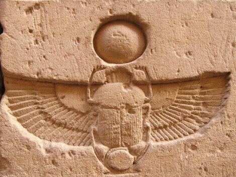 Um escaravelho egípcio esculpido em pedra.