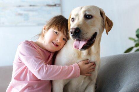 Uma menina abraçando um cachorro.