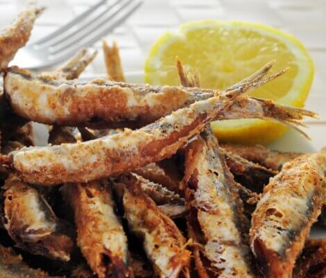 Algumas anchovas fritas.