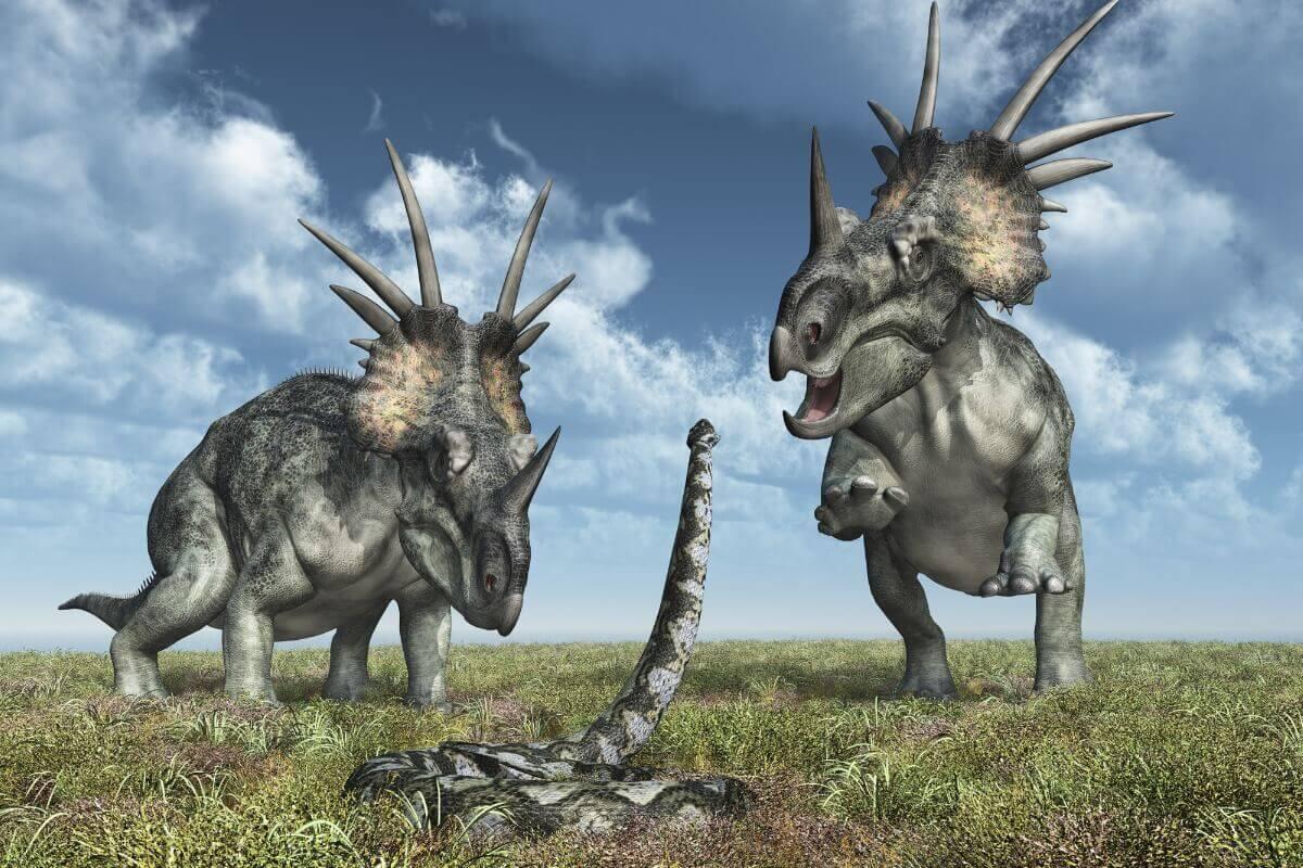 Uma cobra luta contra dinossauros.