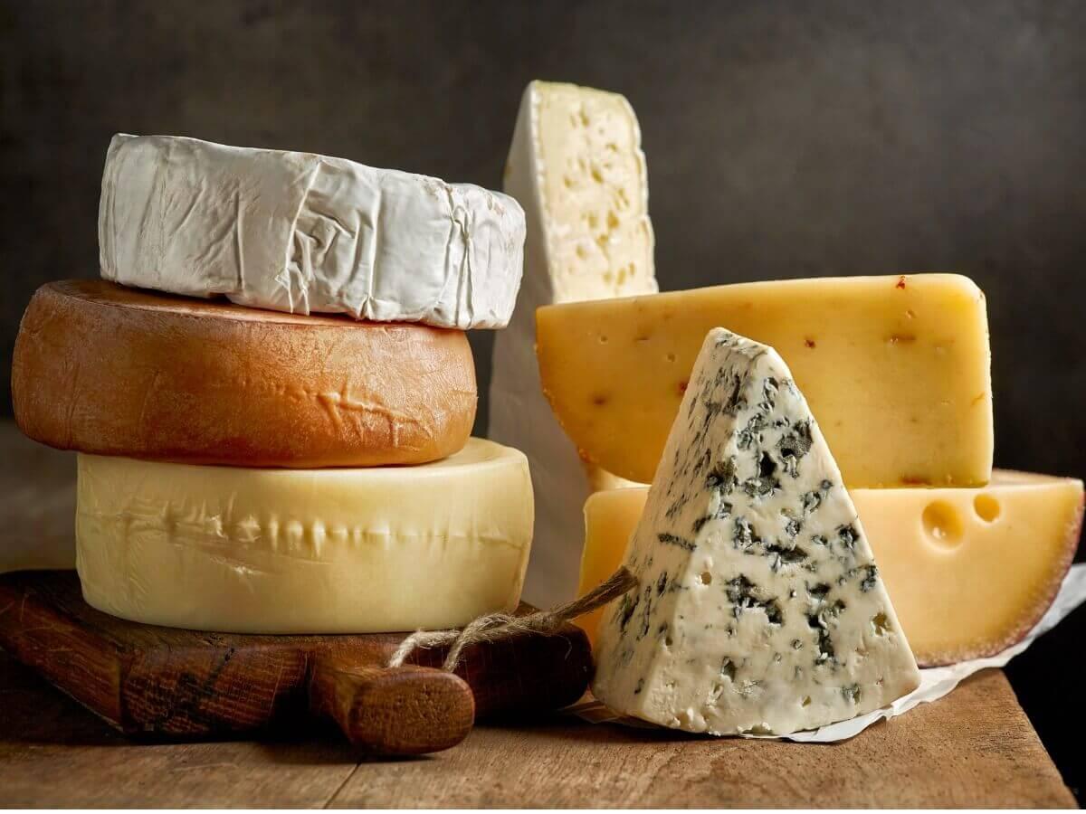 Tipos de queijo na mesa.