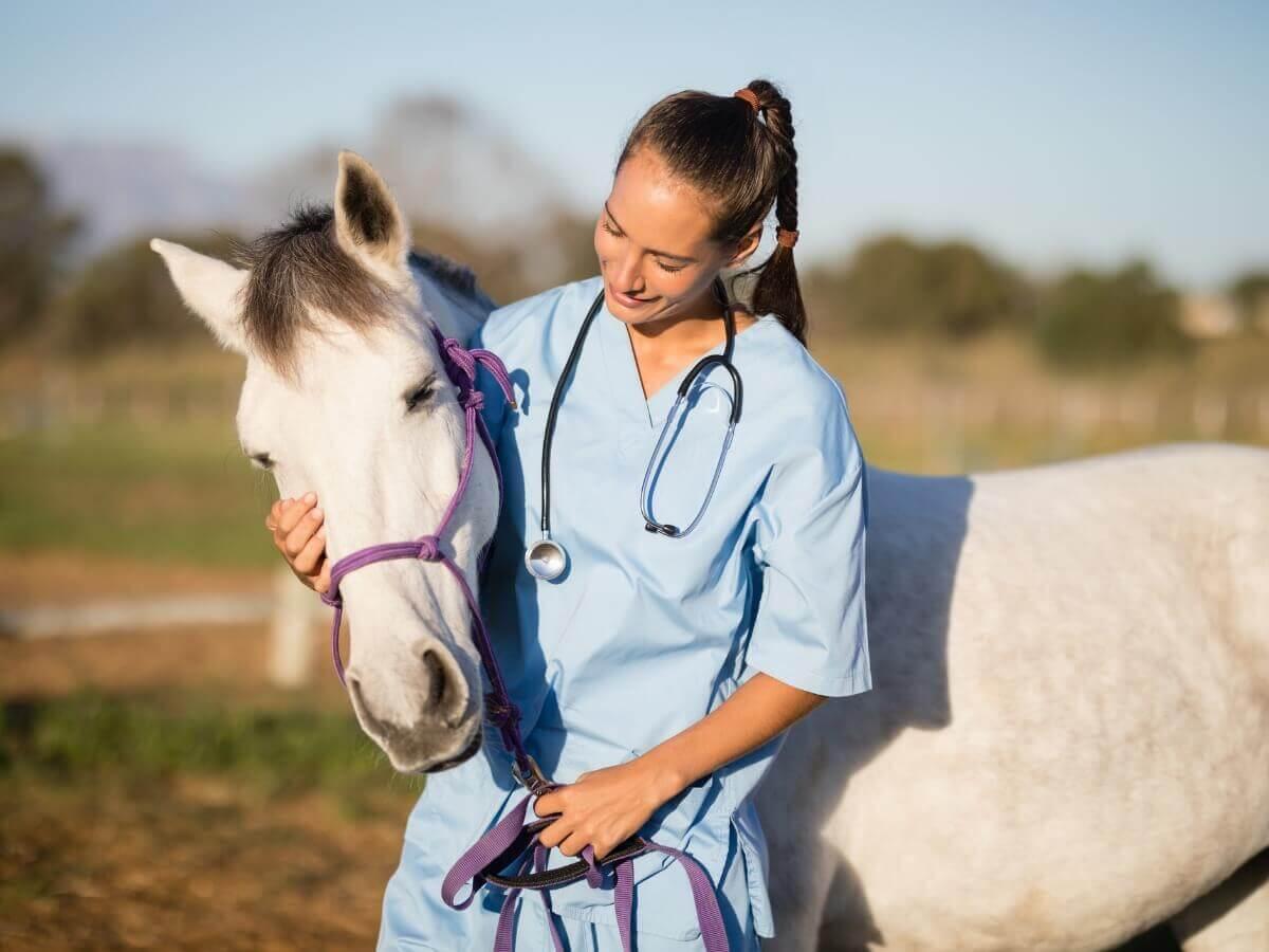 Uma mulher abraça um cavalo com gripe equina.